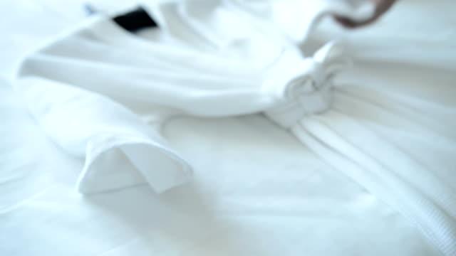 vidéos et rushes de putting serviette sur lit - peignoir