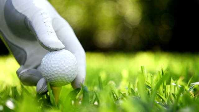 golfball setzen auf dem grünen rasen - golf stock-videos und b-roll-filmmaterial