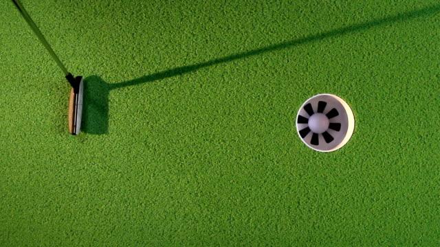 kładzenie piłeczki do golfa - dziura filmów i materiałów b-roll