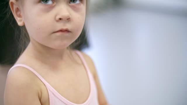 att sätta håret i balett bun - gympingdräkt bildbanksvideor och videomaterial från bakom kulisserna
