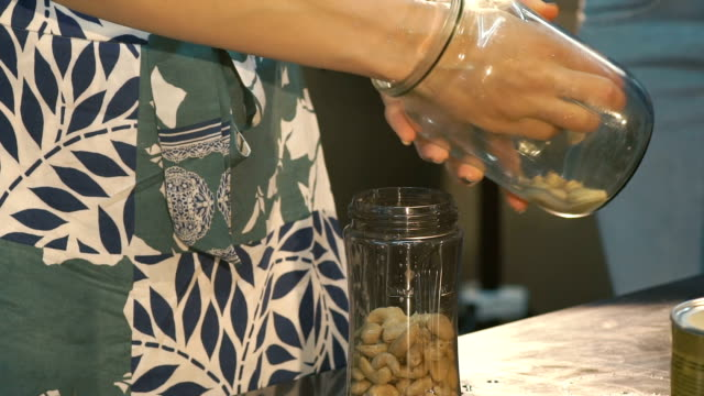 Putting haricots into a jar video