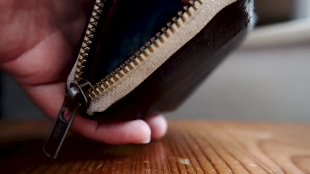 setzen hong kong dollar coins in einem wallet close zip close-up - kurzwaren stock-videos und b-roll-filmmaterial