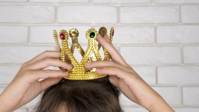 vídeos de stock e filmes b-roll de putting on the crown. - coroa