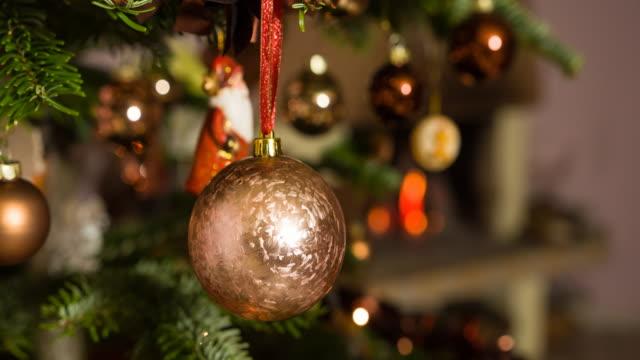 stockvideo's en b-roll-footage met een kerstboom ornament te zetten - christmas decoration