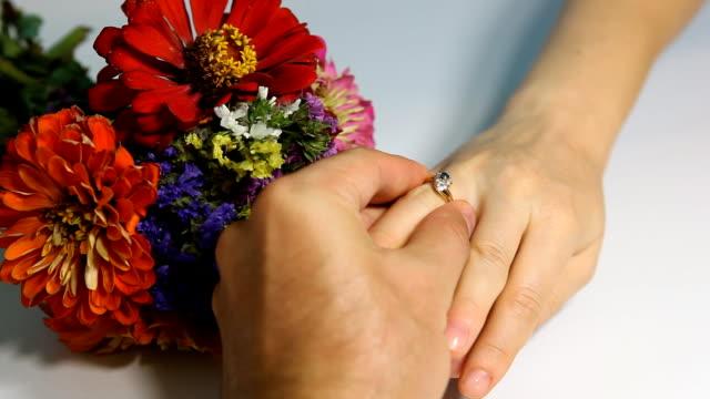 Poner el anillo de mujer dedo - vídeo