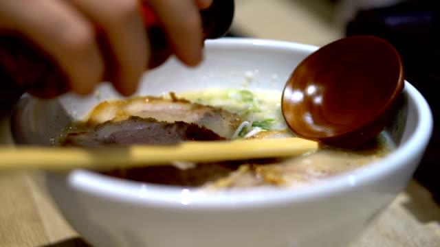 sauce auf authentischen japanischen ramen in tokyo restaurant serviert - portion stock-videos und b-roll-filmmaterial