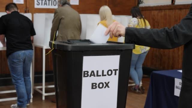 vídeos y material grabado en eventos de stock de carro de 4k: poner el voto en urna en las elecciones - voto en colegio electoral - polling place