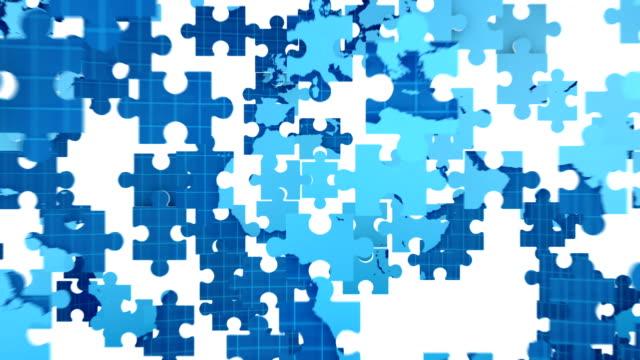 vídeos de stock e filmes b-roll de puzzle world map forming from pieces with alpha channel - quebra cabeças