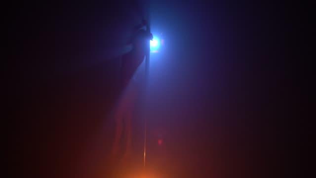 暗い部屋のビデオでパイロンダンサー ビデオ