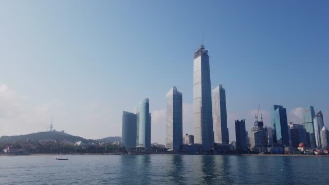 vídeos y material grabado en eventos de stock de arquitectura moderna de qingdao bay - prosperidad