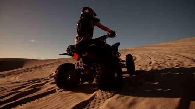 quad con battistrada dei pneumatici eccellente andando in salita - bike tire tracks video stock e b–roll