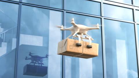 quadcopter consegna la posta contro un edificio per uffici - drone video stock e b–roll