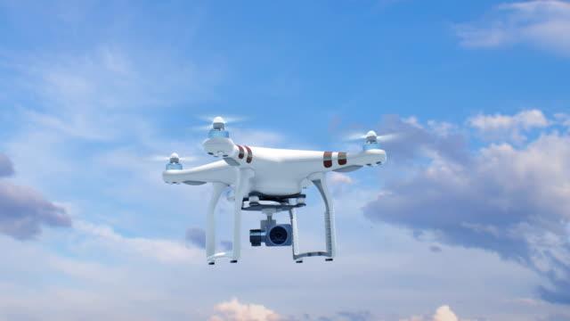 Quadrocopter fliegen in den blauen Himmel mit seiner Kamera und steigt schnell bis zu der Sonne schöne 3d Animation mit Greenscreen. Moderne Elektronik-Konzept. – Video