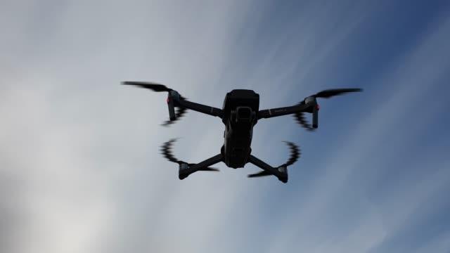 vídeos de stock, filmes e b-roll de quadcopter no ar. voo quadcopter. zangão civil. - quadricóptero