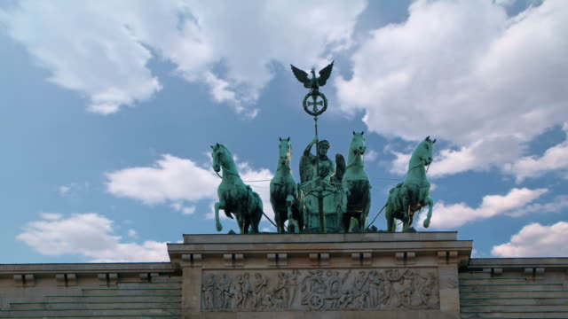 vídeos de stock e filmes b-roll de quadriga com timelapse nuvens, loopable - berlin wall