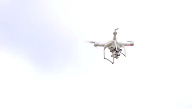 quadrocopter オバチは青空。 - 人里離れた点の映像素材/bロール