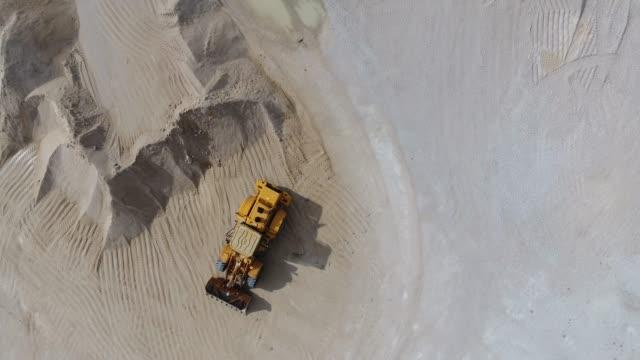 quadrocopter-flug über das gebiet eines betonwerks - aerial overview soil stock-videos und b-roll-filmmaterial