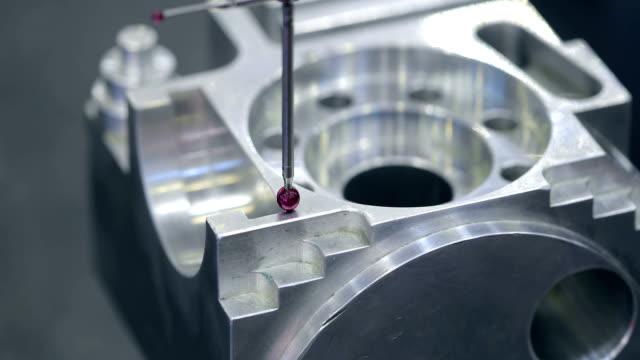 mätsonden för kvalitetskontroll. metallbearbetning cnc fräsmaskin. - cnc maskin bildbanksvideor och videomaterial från bakom kulisserna
