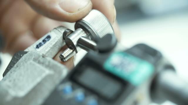 qualitätsprüfung mit einem mikrometer - genauigkeit stock-videos und b-roll-filmmaterial