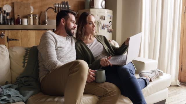 vídeos de stock e filmes b-roll de quality time needs a great internet connection - casal jovem