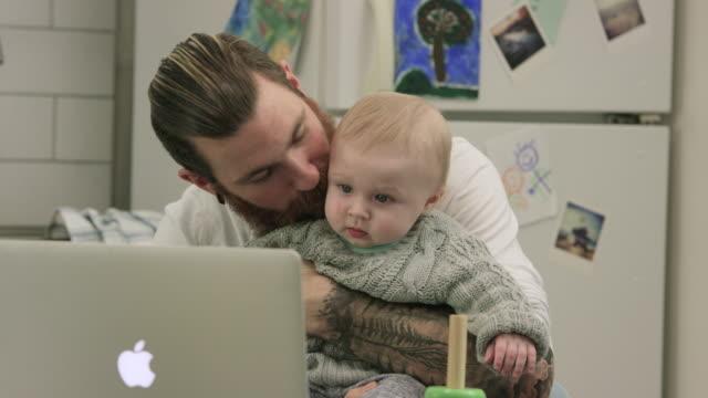 vídeos y material grabado en eventos de stock de tiempo de calidad - padre que se queda en casa