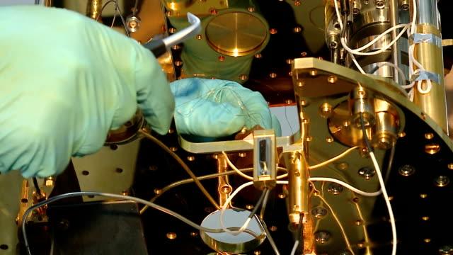 kvantdator i ett vetenskapligt laboratorium - fysik bildbanksvideor och videomaterial från bakom kulisserna