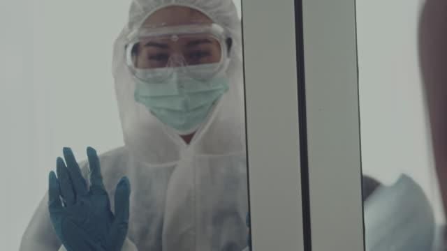 stockvideo's en b-roll-footage met covid-19 quarantaine : raamglas scheiden - raam bezoek