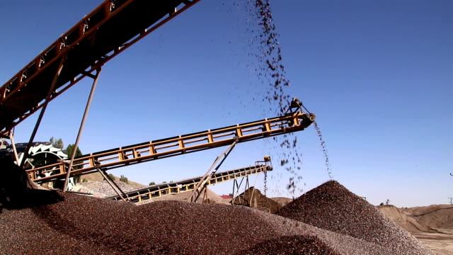 クォーリー鉱山業ロック引き抜き重機械機器 - セメント点の映像素材/bロール