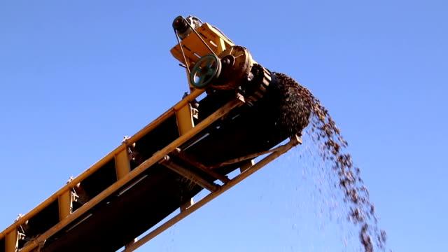 stenbrottet gruvan rock utvinning tunga maskiner utrustning - excavator bildbanksvideor och videomaterial från bakom kulisserna