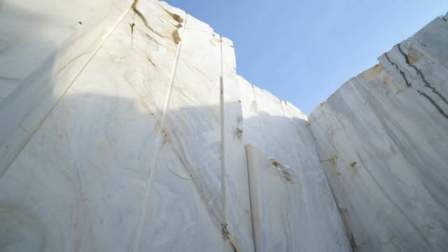 quarry of white marble. marble blocks site - камень стоковые видео и кадры b-roll