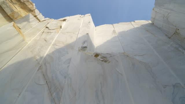 stenbrott av vit marmor. marmorblock webbplats - marble bildbanksvideor och videomaterial från bakom kulisserna