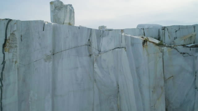 vídeos de stock e filmes b-roll de quarry of white marble. marble blocks site - sibéria