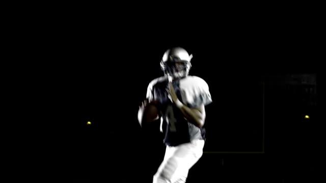 vídeos de stock e filmes b-roll de a quarterback drops back and throws a pass down the field - bola