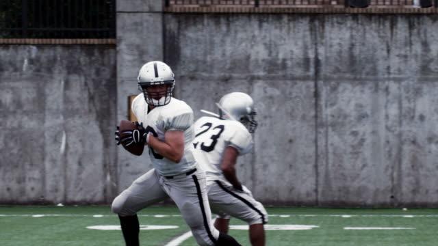 rozgrywający podaje piłkę. - football filmów i materiałów b-roll