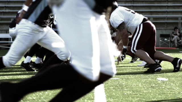 vídeos de stock e filmes b-roll de quarterback snaps the ball and  fakes a hand off and runs and throws the ball - liga desportiva