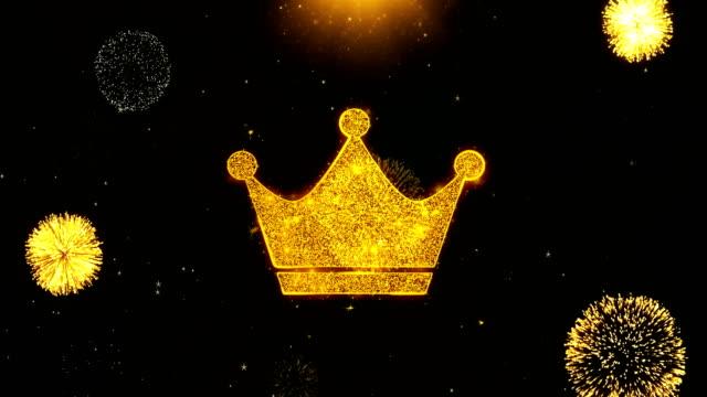 vidéos et rushes de icône de couronne de reine sur des particules d'explosion d'affichage de feu d'artifice. - couronne reine