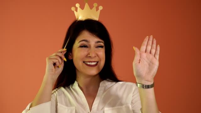 vidéos et rushes de parodie de la reine - couronne reine