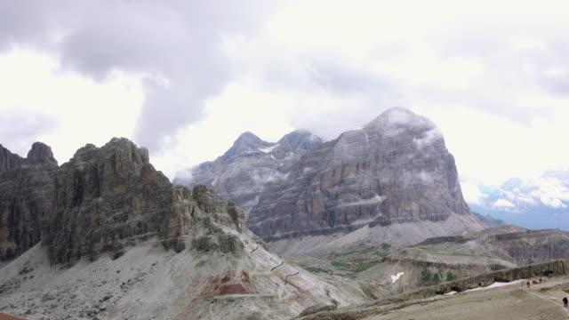 vidéos et rushes de brouillard rapide dans les roches des dolomites. mouvement rapide - randonnée équestre