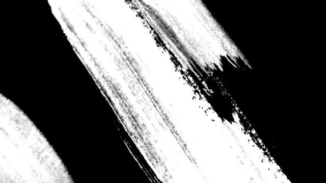vídeos de stock e filmes b-roll de quick strokes of black paint on a white background hd 1920x1080 - dar murros