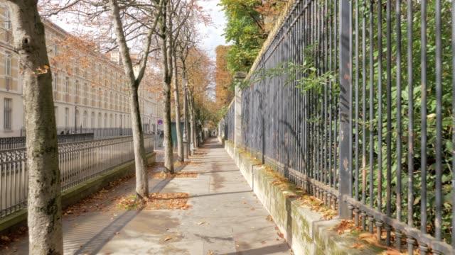 vídeos y material grabado en eventos de stock de tranquila calle de parís en el soleado día de otoño, francia - valla límite