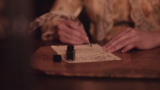 vídeos de stock, filmes e b-roll de pena e tinta à luz de velas. - correio correspondência