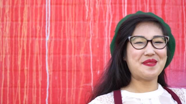 i̇lginç asyalı genç kadın - eksantrik stok videoları ve detay görüntü çekimi