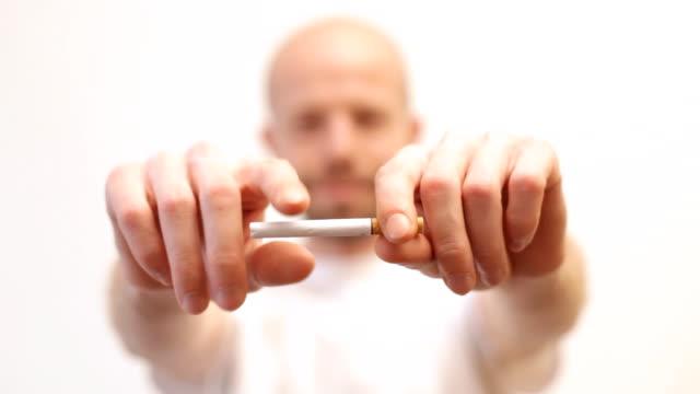 smettere di fumare - sigaretta video stock e b–roll