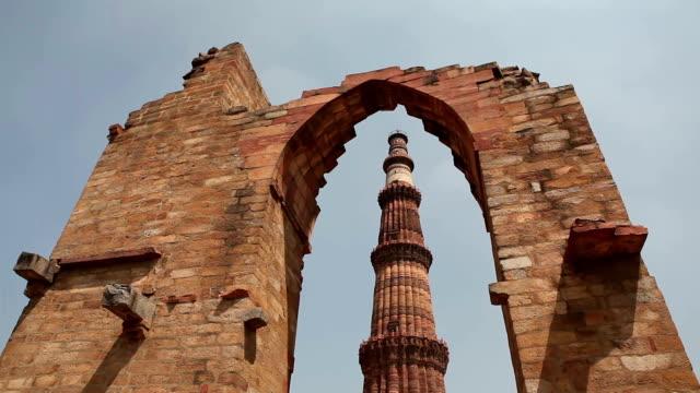 vídeos de stock, filmes e b-roll de qutub minar em delhi - nova delhi