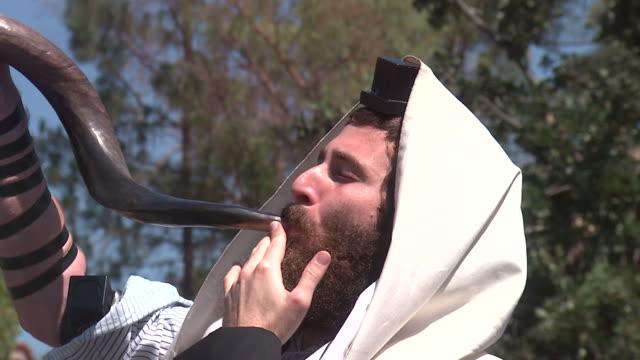 vídeos y material grabado en eventos de stock de rabino golpes el shofar - rosh hashanah
