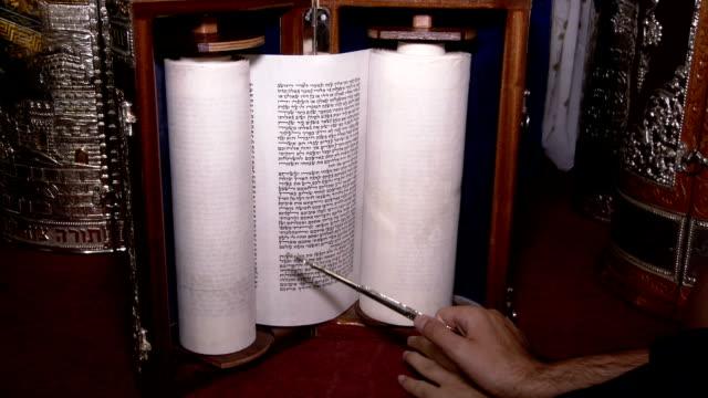 rabbi lesen gebet aus der tora-rolle mit zeiger. volle erschossen und hautnah - tora stock-videos und b-roll-filmmaterial