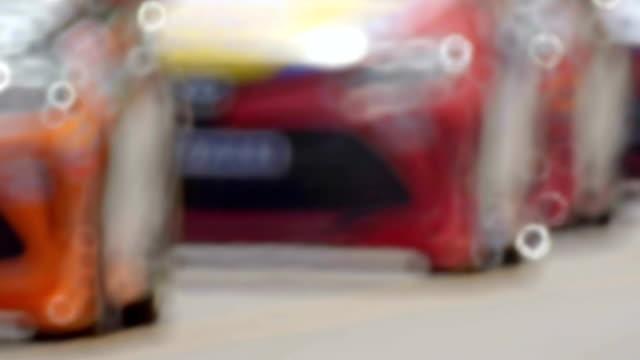 yarış arabası çalıştırmadan yarışın başlamasından önce ısınmak - pist stok videoları ve detay görüntü çekimi