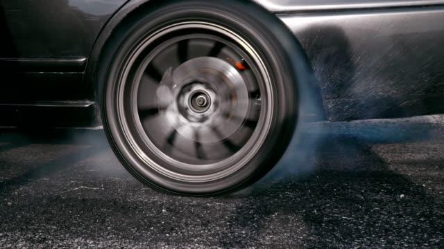 vídeos y material grabado en eventos de stock de carrera drift coche quema neumáticos en la pista de velocidad - nieve amontonada