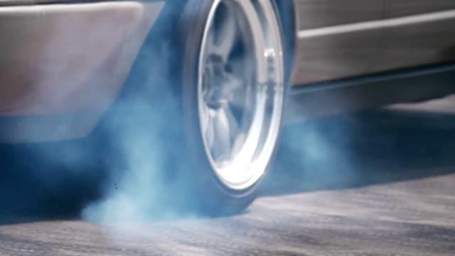 vídeos de stock, filmes e b-roll de pneus ardentes do carro da tração da raça na trilha da velocidade - veículo terrestre
