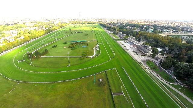 race track aerial video - pferderennen stock-videos und b-roll-filmmaterial